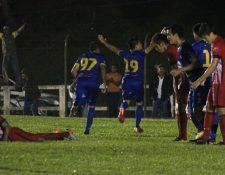 Los jugadores cobaneros celebraron el triunfo en el estadio Verapaz. (Foto Prensa Libre: Eduardo Sam chun)