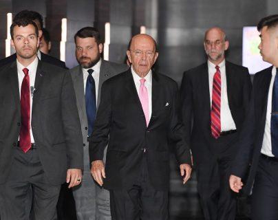 Wilbur Ross, secretario de Comercio de Estados Unidos (c) llegó a Pekín para sostener conversaciones sobre aranceles. (Foto Prensa Libre:AFP).