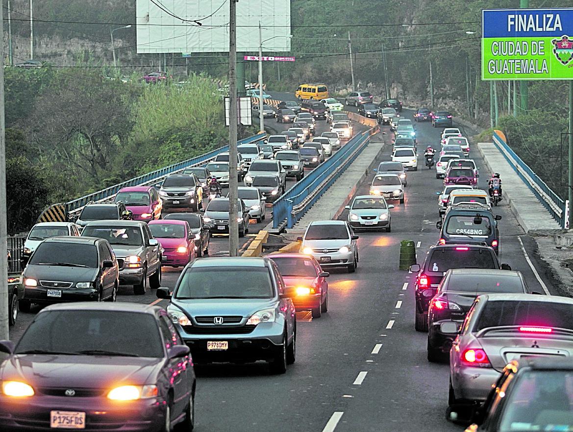 En horas pico, se calcula que unos 20 mil vehículos transitan por el bulevar San Cristóbal, zona 8 de Mixco. (Foto: Hemeroteca PL)