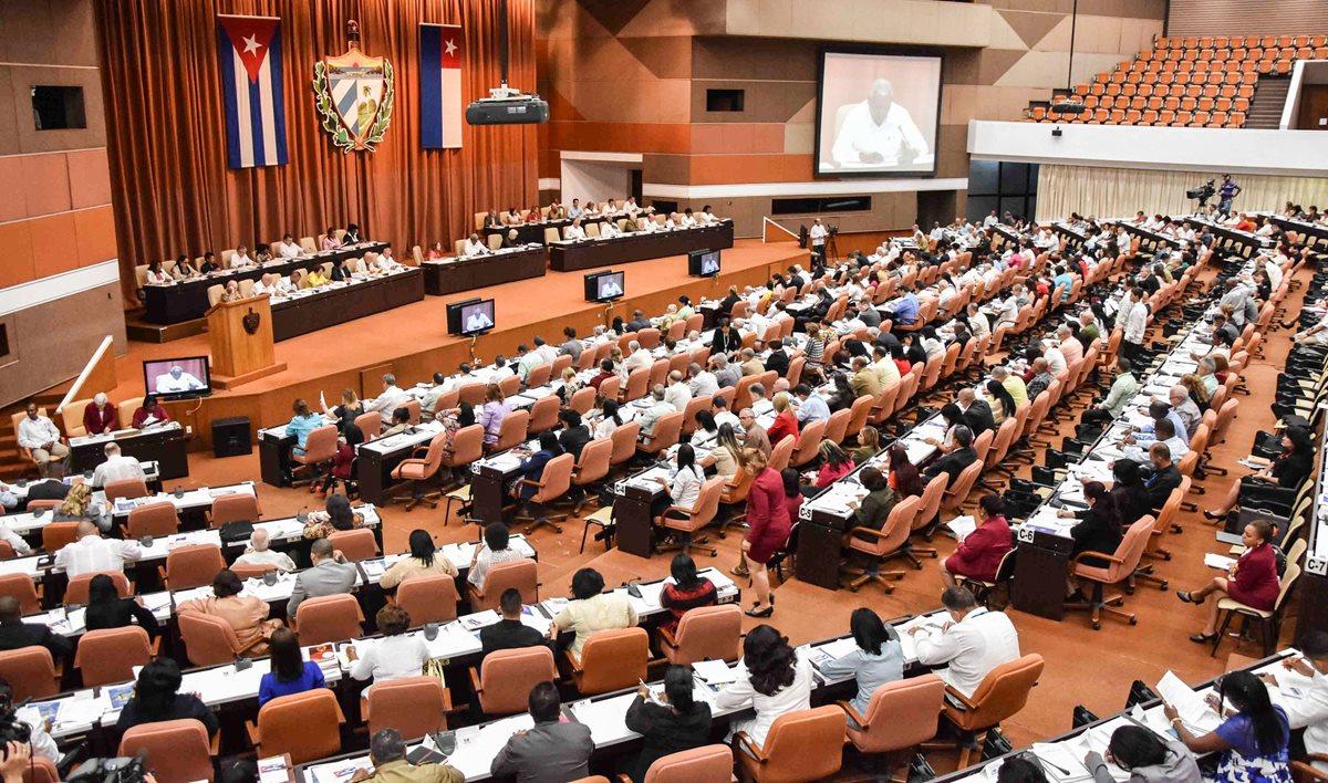 La Asamblea Nacional de Cuba comenzó la discusión de los 224 artículos que buscan una nueva constitución en la isla. (Foto Prensa Libre: AFP)