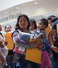 Madres junto a sus hijos migrantes esperan para dirigirse a un alberge cercano de Catholic Charities en Texas. (AFP).