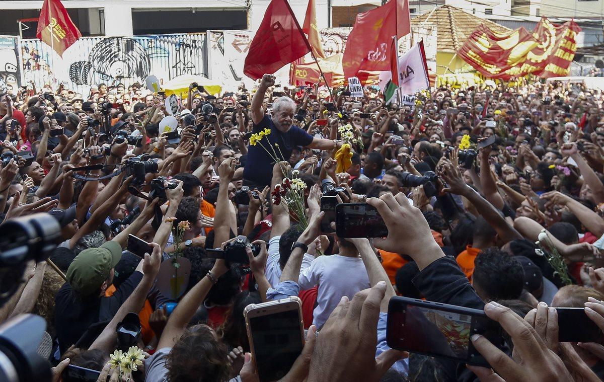 El ex presidente brasileño Luiz Inácio Lula da Silva levanta el puño después de asistir a una misa católica en memoria de su difunta esposa Marisa Leticia, en el edificio del sindicato de trabajadores metalúrgicos en Sao Bernardo do Campo. (Foto Prensa Libre: AFP)
