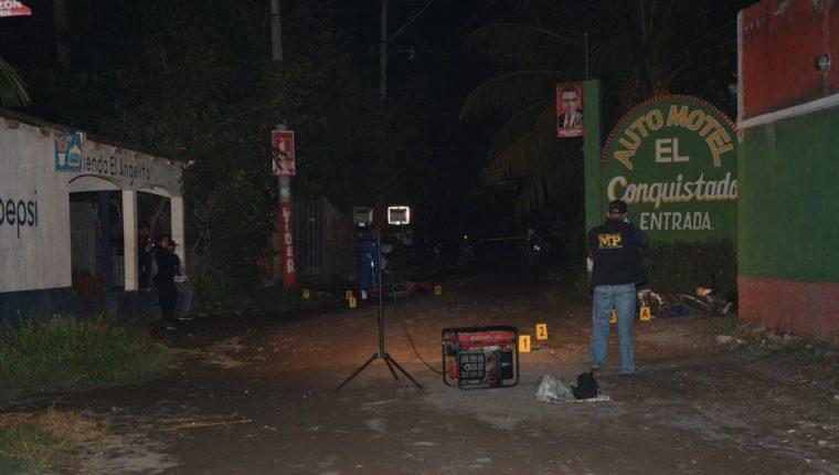 Las autoridades investigan la muerte de dos hombres en Puerto San José, Escuintla. (Foto Prensa Libre: Carlos Paredes)