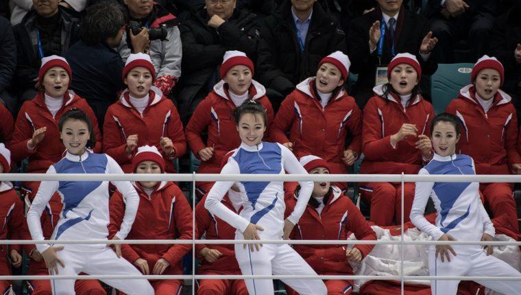 Las animadoras norcoreanas dieron el toque de alegría en los Juegos Olímpicos de Invierno de Pyeongchang 2018. (Foto Prensa Libre: AFP)