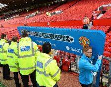 Personal del Manchester United durante la evacuación del estadio Old Trafford. (Foto Prensa Libre: EFE).