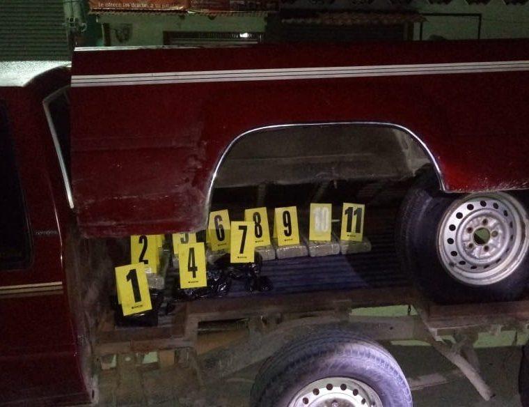 El hallazgo lo hicieron autoridades bajo la palangana del automotor. (Foto Prensa Libre).