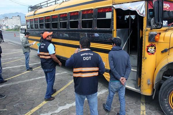 Personal de la DGT durante los operativos en Quetzaltenango. (Foto Prensa Libre: Carlos Ventura)