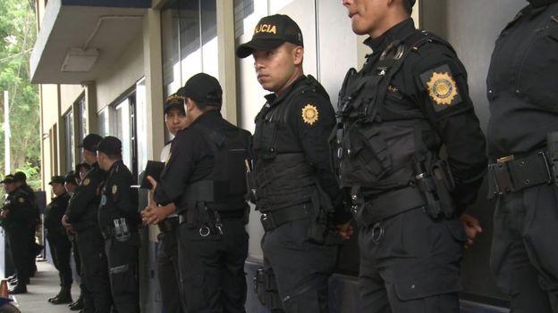 Hay una fuerte presencia policial en las zonas que recorren los migrantes.