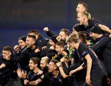 Los jugadores de la selección nacional de Croacia celebra la victoria contra España. (Foto Prensa Libre: EFE)