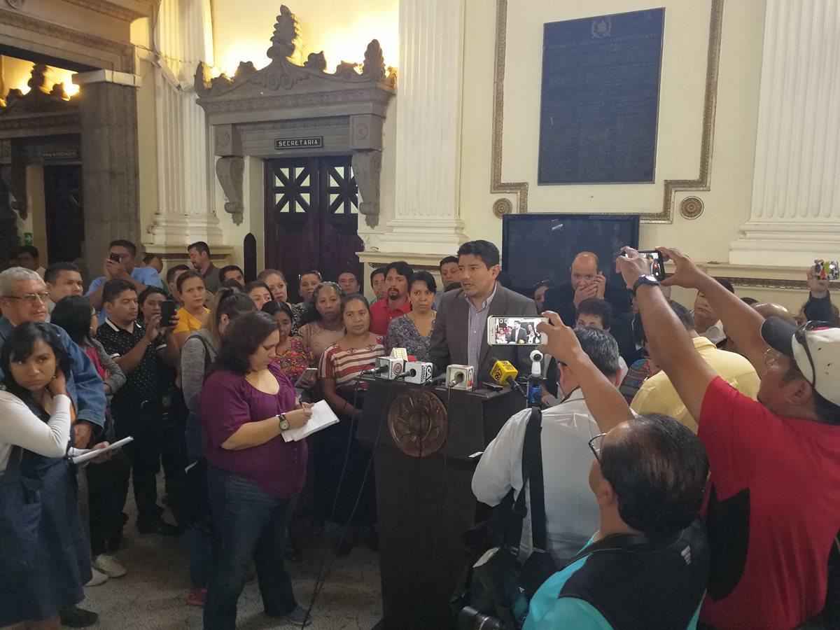 Diputados de la UNE y representantes de las carreras normales indican que se colocará un amparo. (Foto Prensa Libre: Carlos Álvarez)
