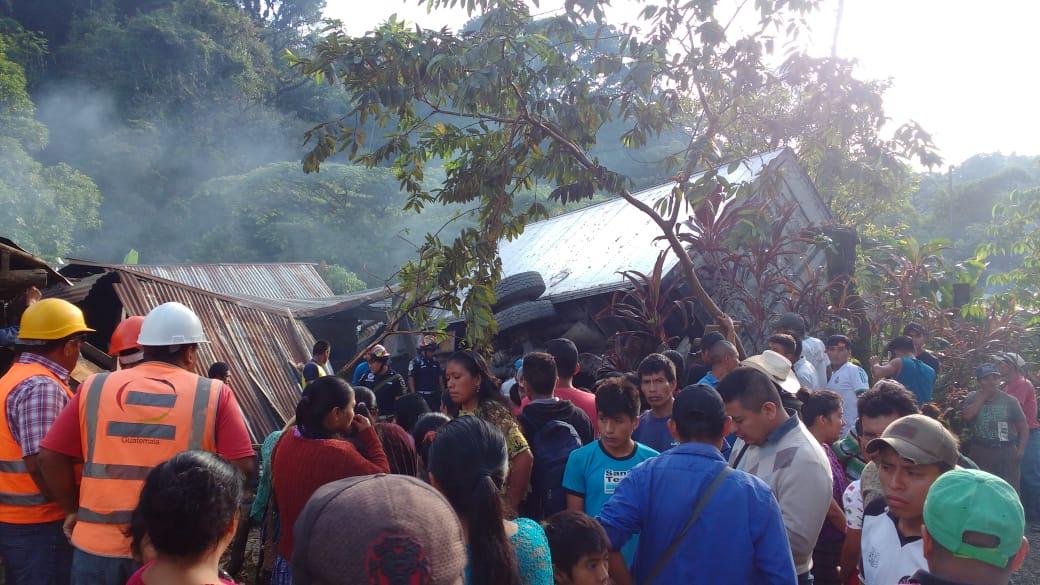 Pobladores acuden al lugar del accidente, en donde una tía y su sobrina, de 3 años, murieron cuando un camión se empotró en su vivienda. (Foto Prensa Libre: Eduardo Sam)