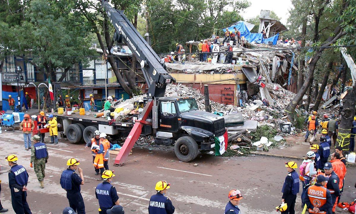 Brigadistas continúan las labores de búsqueda de sobrevivientes entre los escombros de un edificio que colapso en la colonia Taxqueña. (Foto Prensa Libre:EFE).