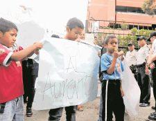 Familiares de agentes de la PNC exigen mejoras salariales. (Foto Prensa Libre: Hemeroteca PL)