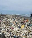 Unos 45 kilómetros de la playa de Omoa, en Puerto Cortés, Honduras, son contaminados con el río Motagua, proveniente de Guatemala. (Foto Prensa Libre: cortesía de La Prensa de Honduras)