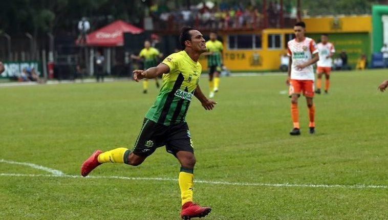 El hondureño Ángel Rodríguez es sinónimo de gol en el Deportivo Guastatoya. (Foto Prensa Libre: Hemeroteca PL)