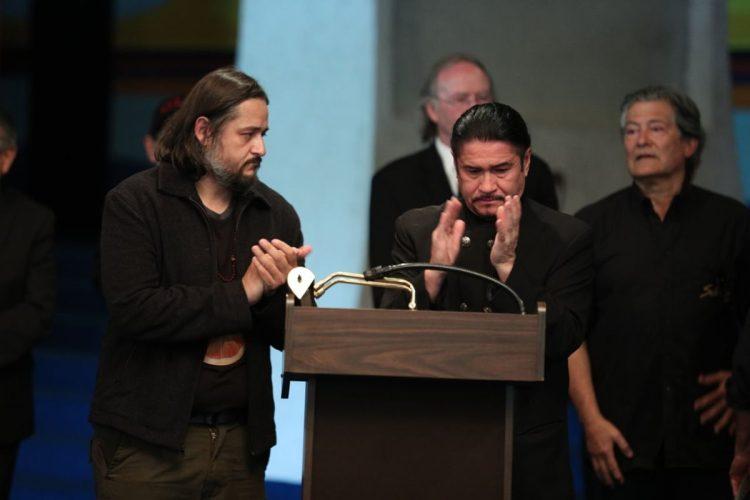 Álvaro Aguilar, vocalista de Alux Nahual, pide un minuto de aplausos en memoria de Galich