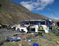 En el accidente donde un autobús chocó contra otro vehículo al este de Quito, deja al menos 24 muertos y 20 heridos. (AFP)