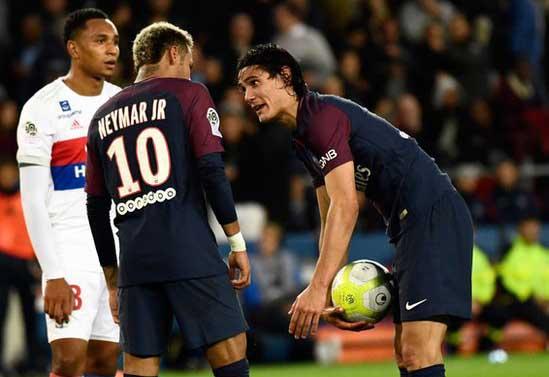 Cavani (derecha) y Neymar discuten por el lanzamiento de un penalti contra el Lyon, que al final el uruguayo falló. (Foto Prensa Libre: BBC)