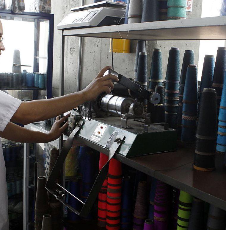 La empresa CRJ Moda en Medellín, Colombia, genera 42 puestos de trabajo. (Foto, Prensa Libre: Efe).