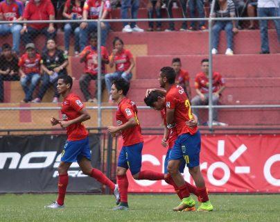 Los escarlatas festejaron el triunfo en el Estadio Manuel Felipe Carrera. (Foto Prensa Libre: Jesús Cuque)