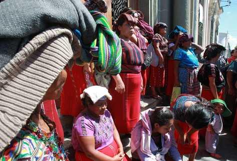 Los vecinos permanecen frente a la puerta principal del TSE. (Foto Prensa Libre: Estuardo Paredes)