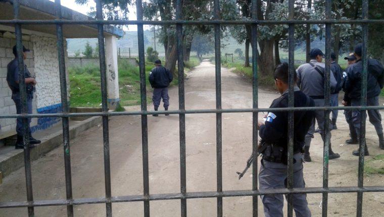 Agentes del Sistema Penitenciario resguardan el ingreso de la Granja Penal Cantel. (Foto Prensa Libre: Carlos Ventura)