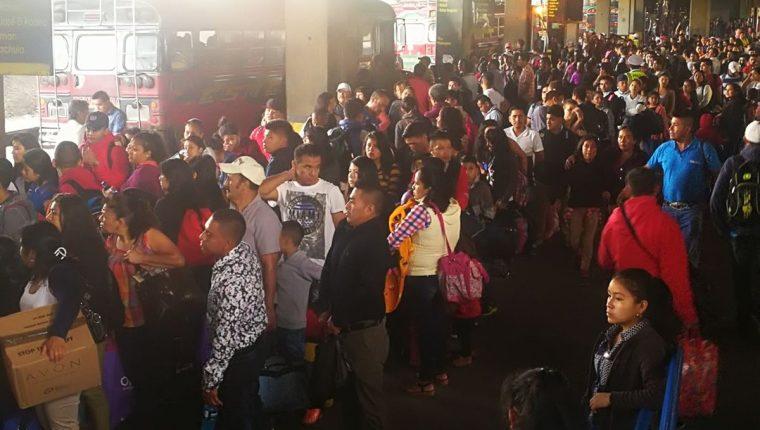 La Central de Transferencias del Sur luce abarrotada de viajeros que se dirigen a la provincia. (Foto Prensa Libre: Estuardo Paredes).