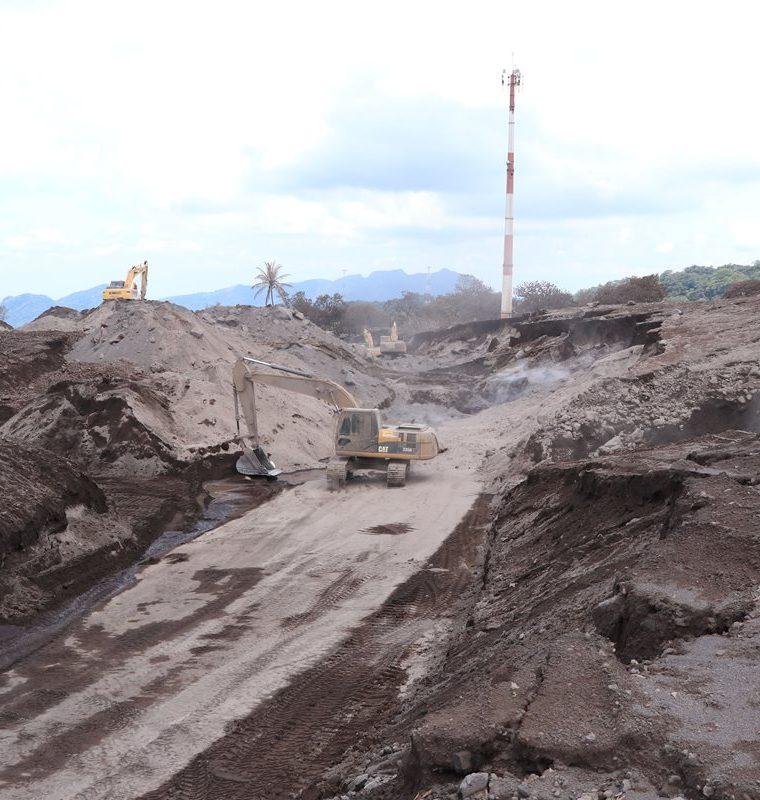 enrique paredesMaquinaria pesada ha removido más de 1.5 millones de metros cúbicos de material volcánico de la RN14. (Foto Prensa Libre: Enrique Paredes)