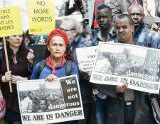 Inmigrantes y activistas protestan hoy en Bruselas. (Foto Prensa Libre: EFE).