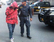 El menor es remitido al juzgado de turno por agentes policiales. (Foto Prensa Libre: PNC)