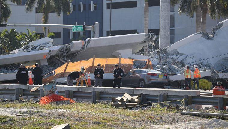 Al menos seis personas murieron luego de que un puente peatonal se derrumbara en Miami, Florida. (Foto Prensa Libre: AFP)