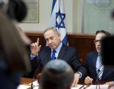 Benjamin Netanyahu (C) exigió el aplazamiento de permisos de construcción en Jerusalén Este. (AFP).