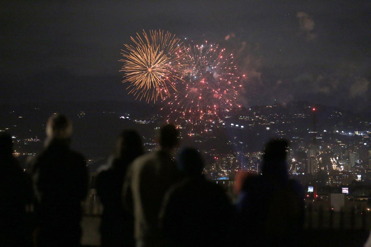 Varias personas observan las Luces Campero desde los miradores de la ciudad de Guatemala.