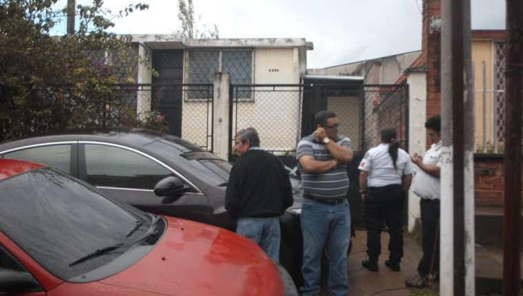 Autoridades, socorristas y familiares se encuentran en la casa en Mixco, donde ubicado fallecido al diputado Álvaro Velásquez, propiedad de uno de sus familiares (Foto, Prensa Libre: Érick Ávila)
