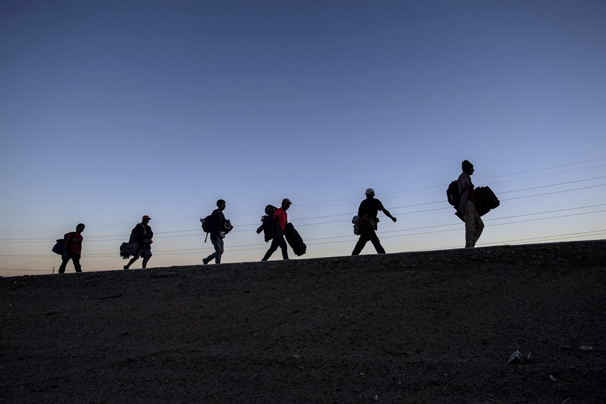 Migrantes centroamericanos llegan, exhaustos, a Tijuana, México. (Foto Prensa Libre: AFP)
