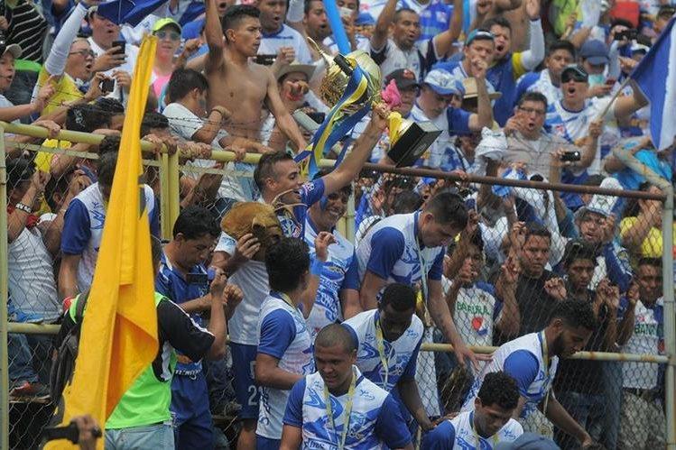 Los venados alzaron el trofeo de campeones en el Clausura 2016. (Foto Prensa Libre: Hemeroteca PL)