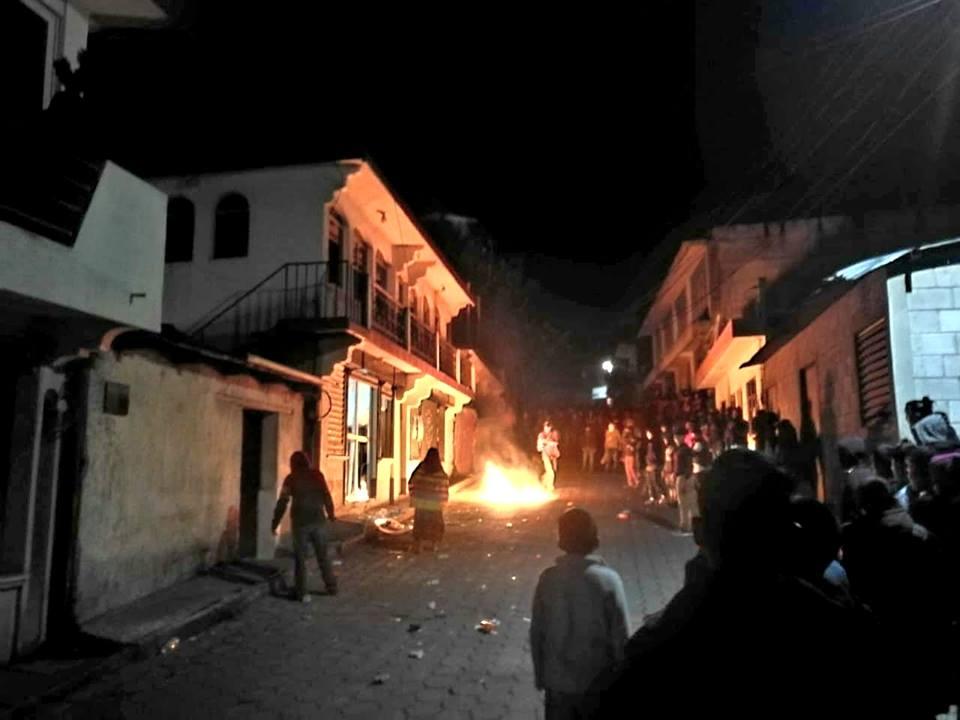 Vecinos de Santa Clara la Laguna, Sololá, causan disturbios frente a subestación de la PNC. (Foto Prensa Libre: Cortesía Nim TV)