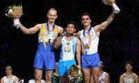Jorge Vega comparte el podio con Petro Pakhniuk, de Ucrania y el rumano Marian Dragulescu en la Copa de Mundo de París. (Foto Prensa Libre: Facebook Federación Francesa de Gimnasia)