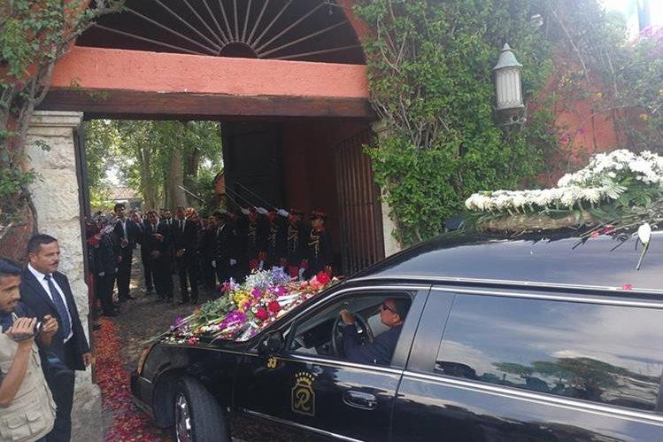 Carroza fúnebre de Álvaro Arzú Irigoyen ingresa a la finca en donde será sepultado en privado. Se ubica en la aldea San Pedro El Panorama, Sacatepéquez. (Foto: Hemeroteca PL)