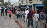 Cientos de personas hacen largas filas para tramitar la carencia de antecedentes policiales. (Foto: Hemeroteca PL)