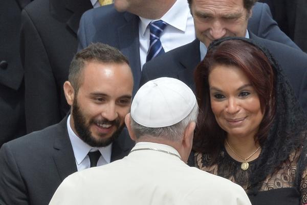 """La vicepresidenta Roxana Baldetti saluda al papa Francisco luego de la misa canónica. (Foto Prensa Libre: AFP)<br _mce_bogus=""""1""""/>"""
