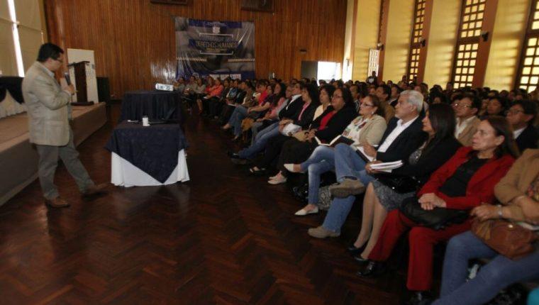 Este sábado se inauguró el diplomado de Derechos Humanos dirigido a profesionales, en cuyo acto participaron diversos funcionarios y diputados. (Foto, Paulo Raquec)