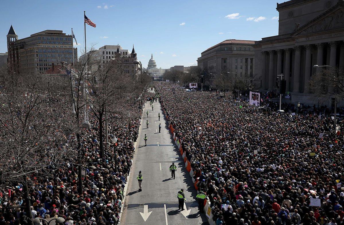 Masiva participación de defensores de la reforma de armas se alinean en Avenida Pennsylvania mientras asisten a la manifestación. (Foto Prensa Libre:AFP).