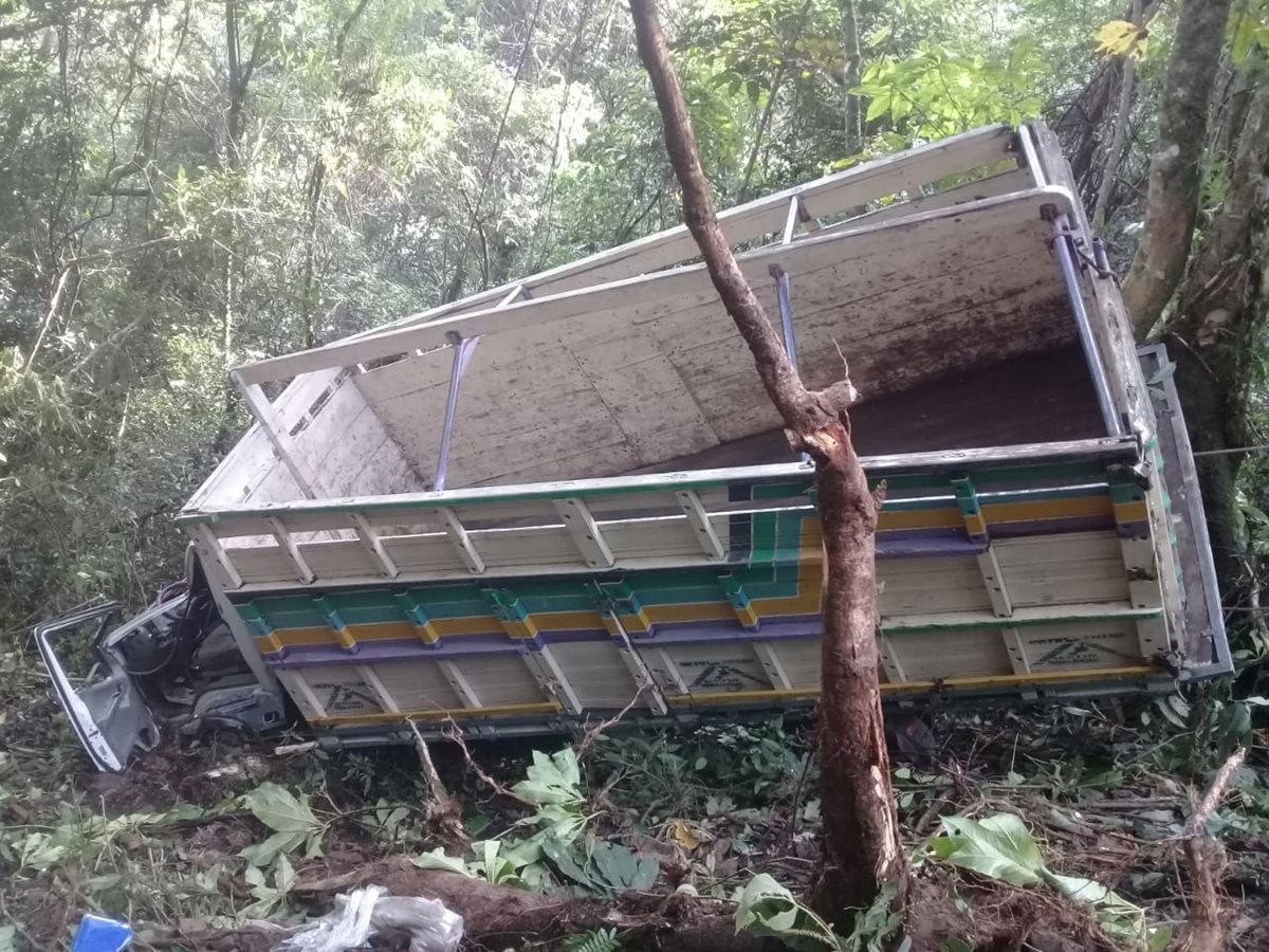 Camión cae al fondo de un barranco en Nebaj, Quiché. (Foto Prensa Libre: Héctor Cordero)