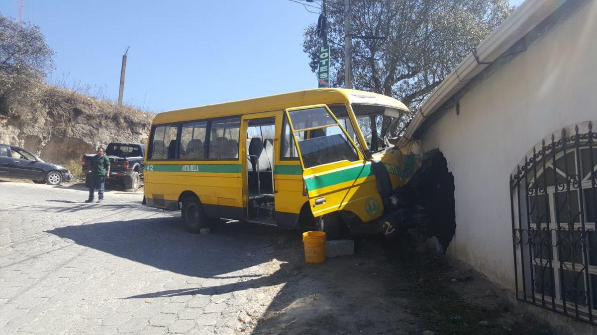 La unidad de trasporte colectivo destruyó parte de de la pared del inmueble al tener fallos en el sistema de frenos. (Foto Prensa Libre: Raúl Juárez)