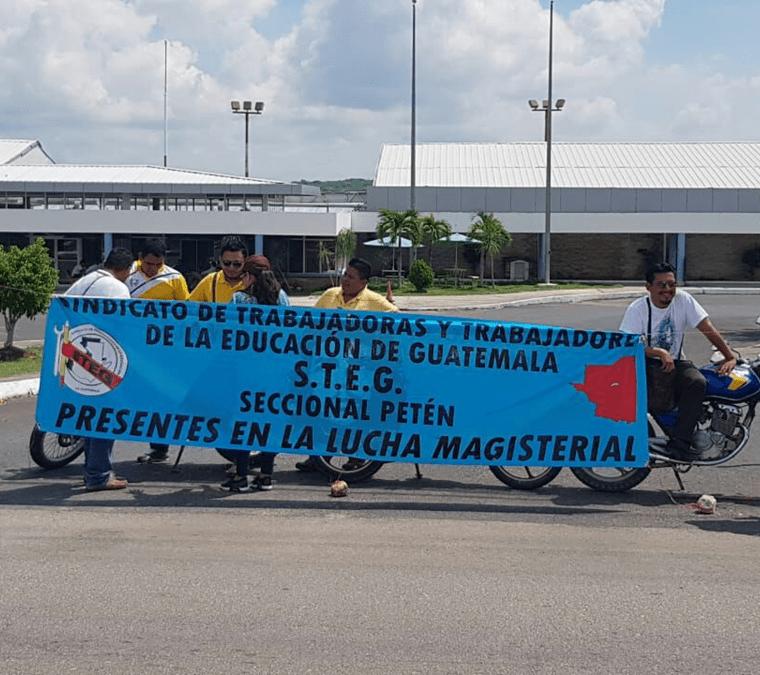 Maestros bloquean el ingreso al Aeropuerto Internacional Mundo Maya. (Foto Prensa Libre: Rigoberto Escobar)