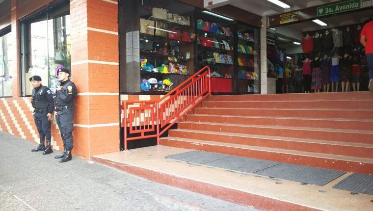 Agentes de la PNC efectúan allanamientos en comercios de la 20 calle y zona 1 de la capital, por un caso de defraudación aduanera revelado por el MP. (Foto Prensa Libre: Estuardo Paredes)