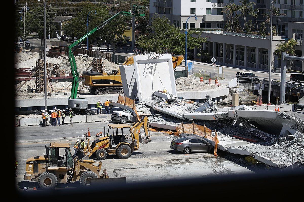 Por lo menos 6 muertos dejó el colapso del puente peatonal en Miami. (AFP).