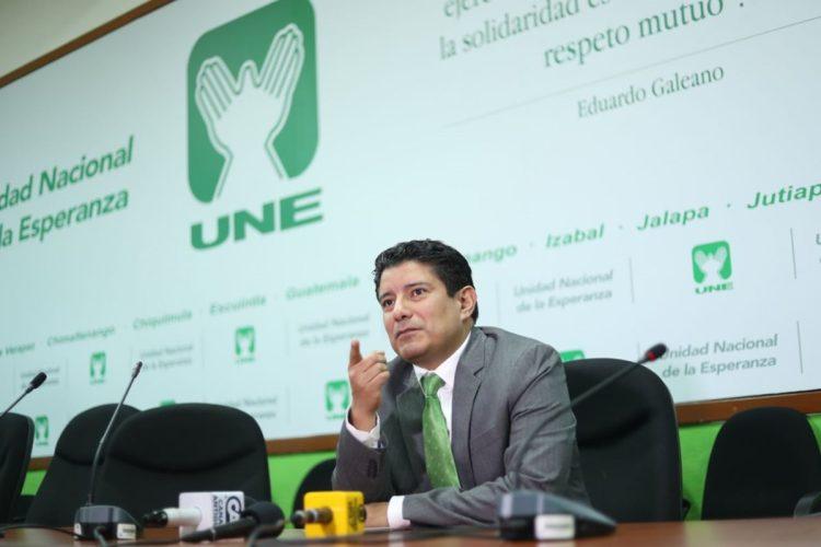 El diputado Carlos Barreda de la Unidad Nacional de la Esperanza, UNE, brindó una conferencia de prensa en la que indicó que aún buscan comunicarse con Sandra Torres, secretaria general del partido.