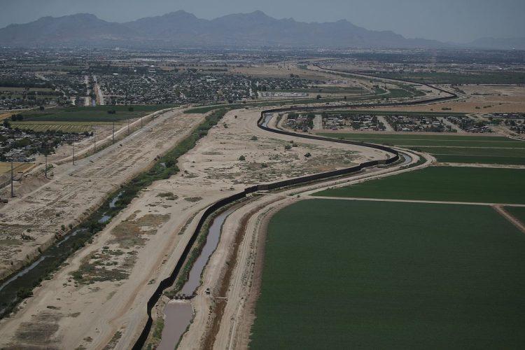 La panorámica muestra la proximidad del campamento, con la frontera entre Estados Unidos y México.